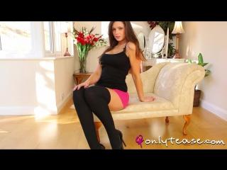 Стройная няшная сучка в узкой розовой юбке. Louisa Marie