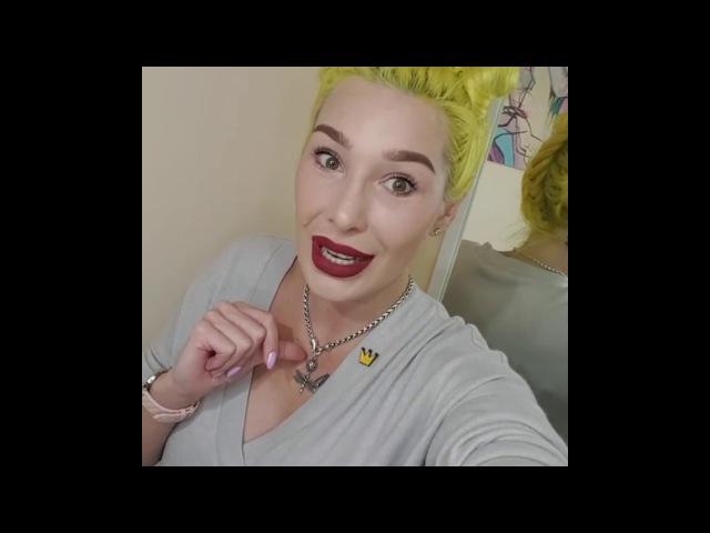 А почему у тебя желтые волосы