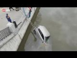 В центре Москвы автомобиль упал в реку после аварии