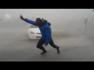 Вышел измерить скорость ветра урагана Ирма