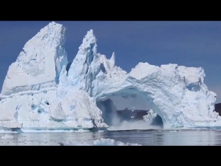 Айсберг эффектно обрушился в Гренландии