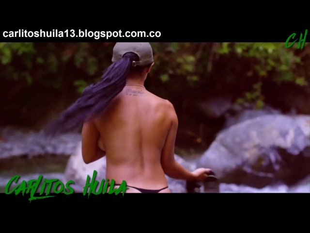 Chica DESNUDA bañándose en el rió
