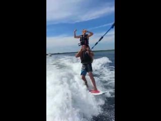 Shoulderriding во время катания на доске по воде