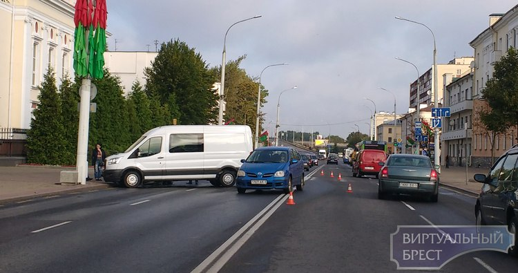 На пл. им. Ленина столкнулись микроавтобус и легковушка