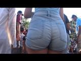 Молоденькая девочка в шортиках и её бомбезная попка