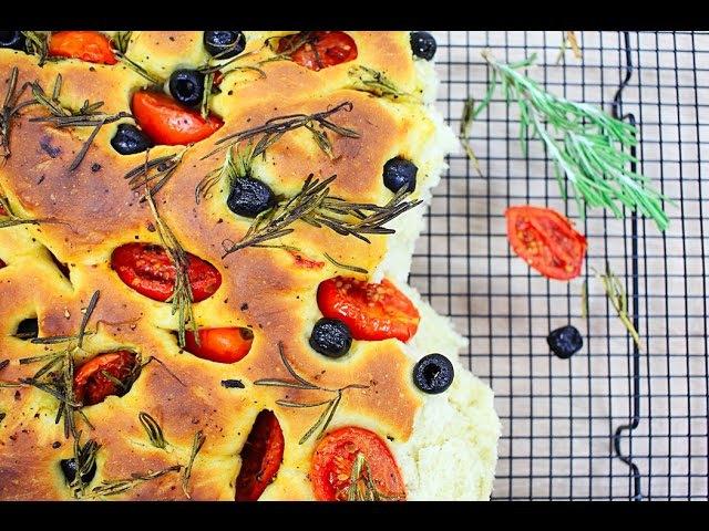 Итальянская фокачча с помидорами маслинами и розмарином Focaccia