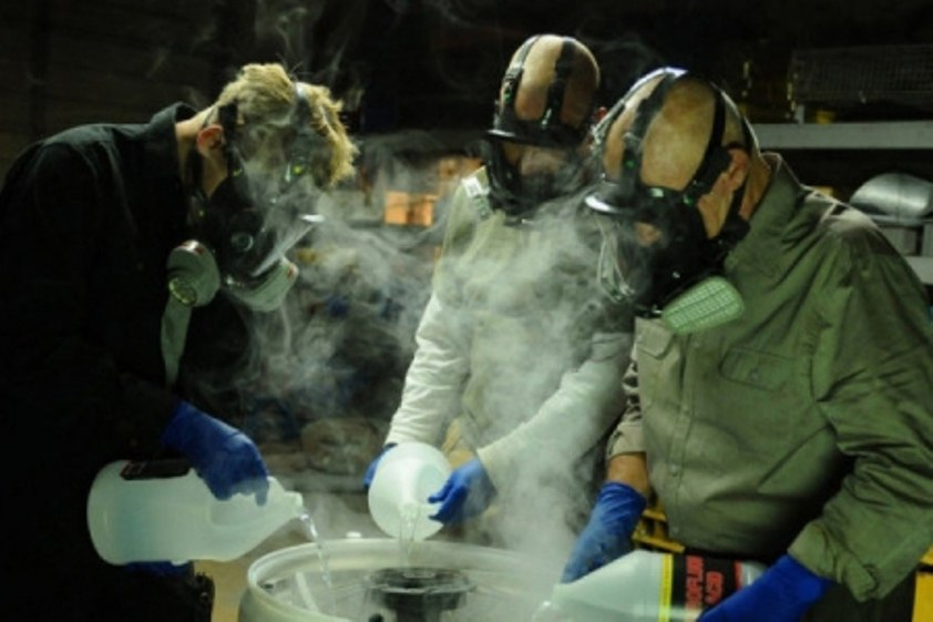 Два жителя Северска год готовили наркотики в гараже