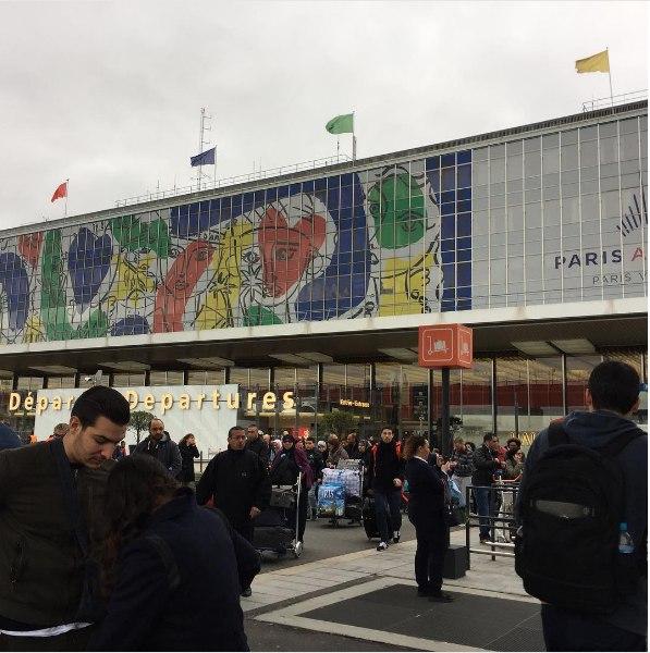 В аэропорту Парижа неизвестный попытался отнять оружие у военного