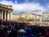 Хор из нескольких тысяч петербуржцев поёт песни военных лет у Казанского собора