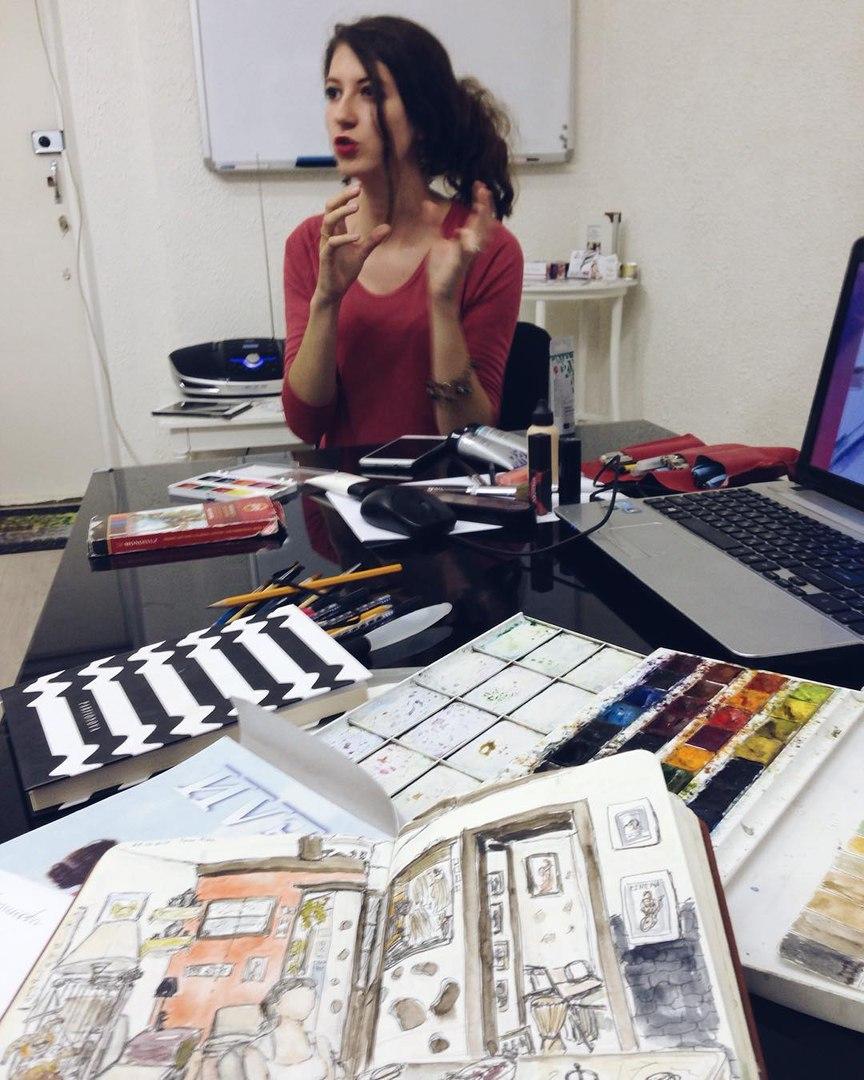 Ольга Краснова ведет занятие по fashion-скетчингу - учит