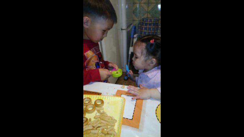 брат кормит сестренку