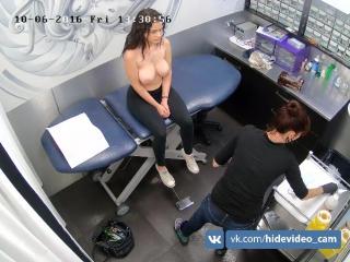 Красивой девушке с большой грудью делают пирсинг на сосках | a beautiful girl with big breasts is pierced on the nipples