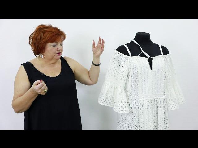 Модель белого летнего платья сарафана с открытыми плечами со сборками и воланами из ткани шитье