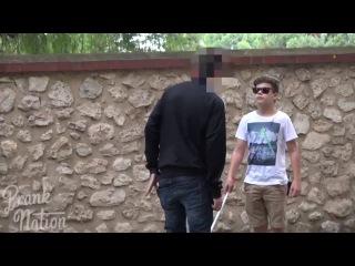 Слепой мальчик просит разменять 5 долларов , но держит в руках 50 [Социальный эксп ...
