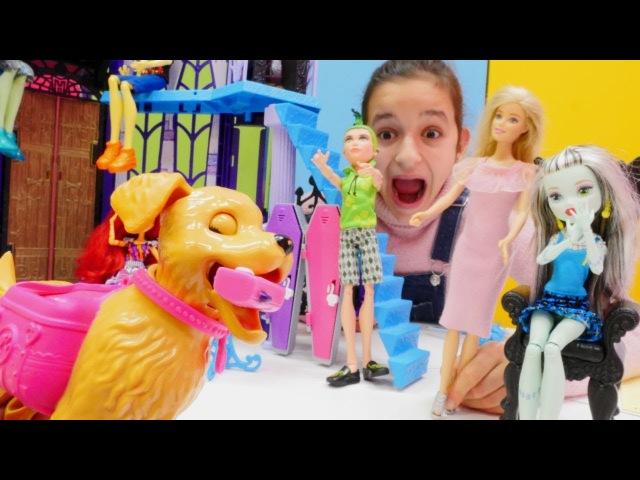 Monster High Frankie'nin kaybettiği telefonu Barbie buluyor