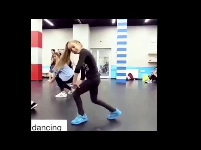 девочка классно танцует