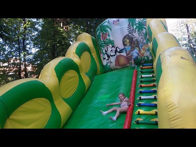 Прыжки на батуте. Карусель. Горка. Видео для детей. Jumping on the trampoline. Carousel
