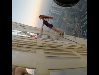 Популярную петербургскую модель Викторию Одинцову раскритиковали за сумасшедшую фотосессию на крыше одного из небоскребов Дубая.