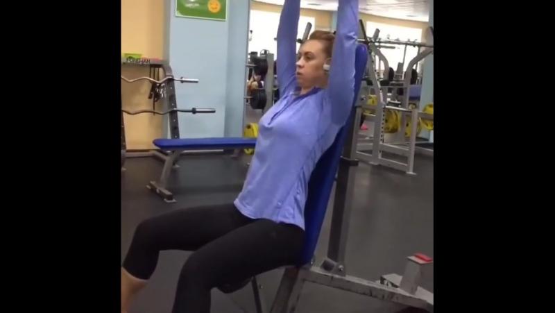 Ну раз надо - значит выкладываю😁 Мне не жалко🤷🏻♀️😂... тренировку в массы 🔥. Тренировка груди, плеч и трицепса! Одна из вариаций