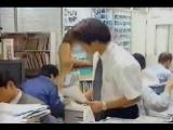 Японская девушка голышом работает в офисе