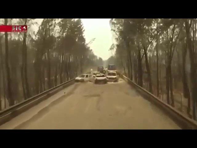 Imagens feitas por drone mostram carros queimados em uma estrada de Portugal depois do incêndio.
