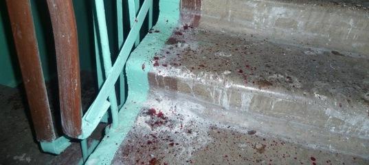 Наркоман чуть не истек кровью в подъезде, получив удар ножом по лицу