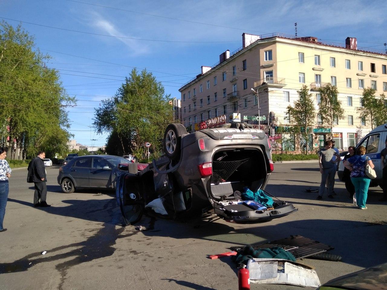 В центре Мурманска перевернулся  автомобиль с ребенком