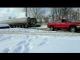 Dodge Dakota вынимает огромную автоцистерну из ловушки