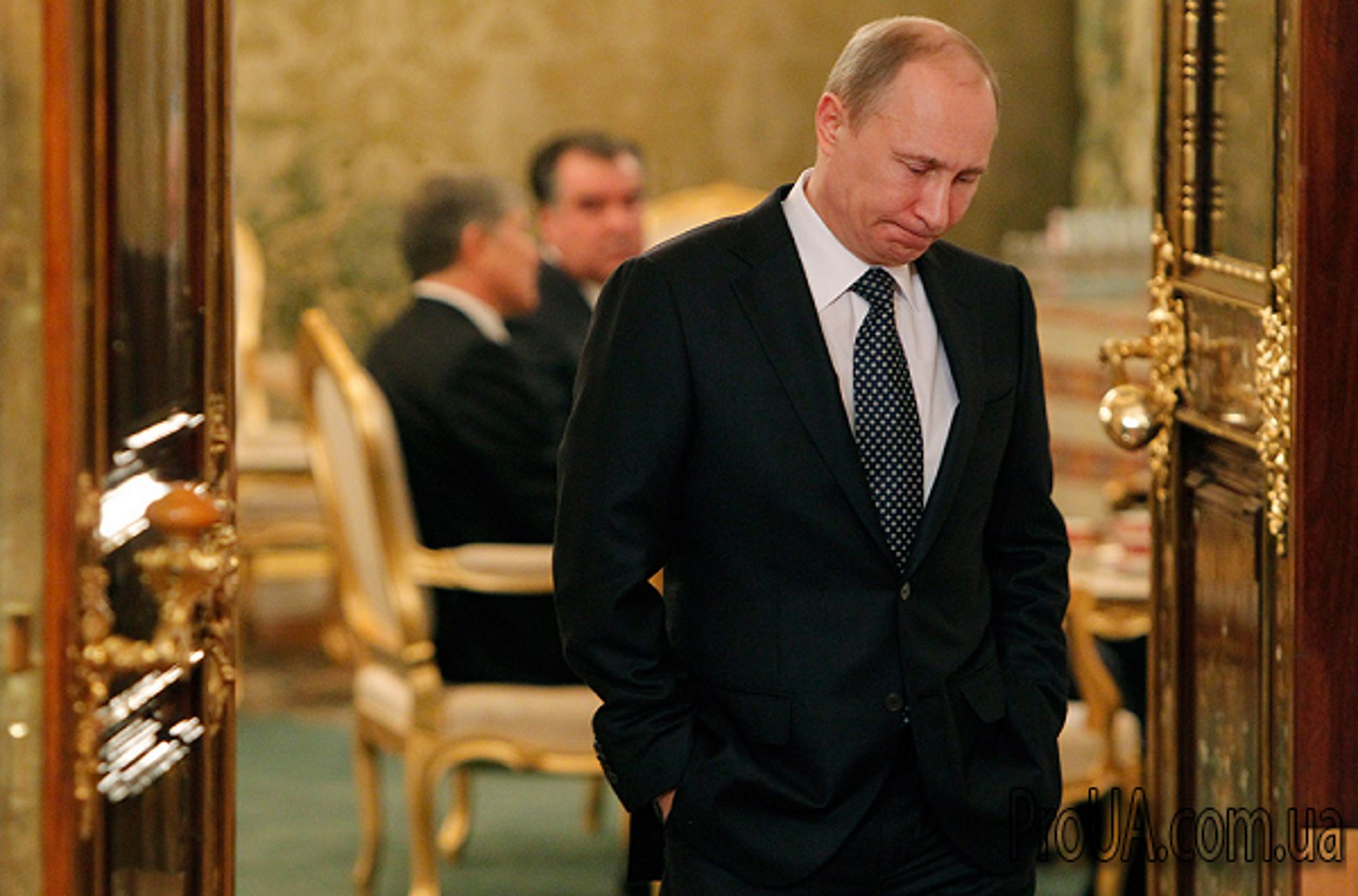 Путин собирает чемоданы рюкзаки 80 литров
