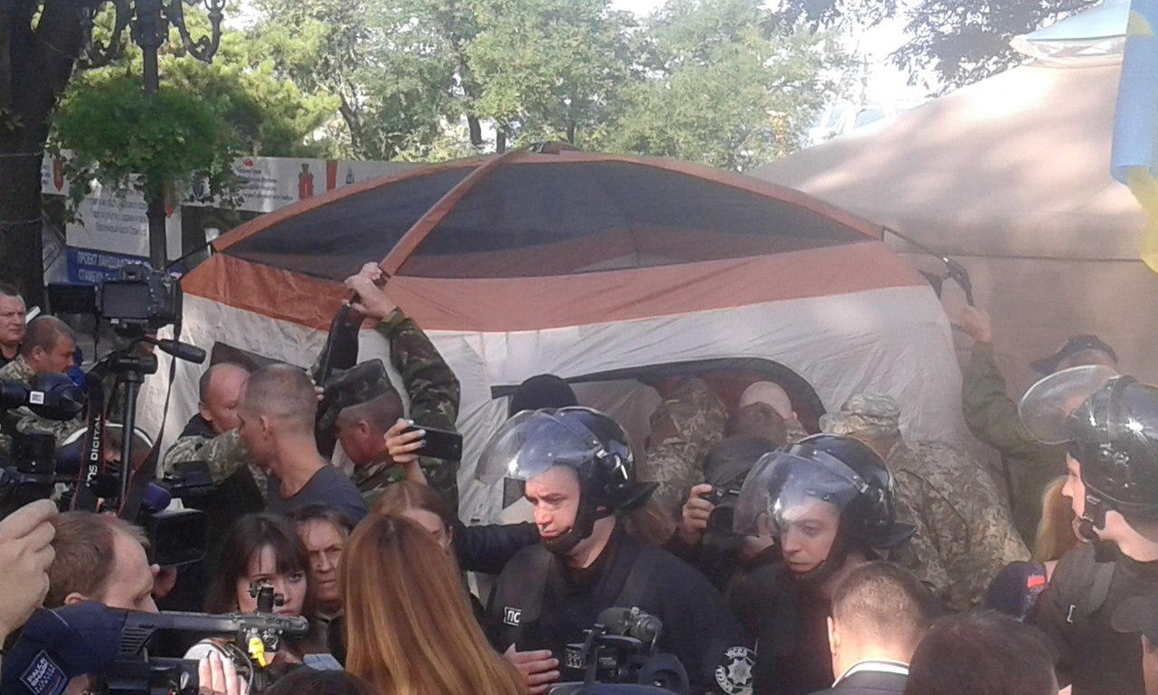 Под мэрией «антитрухановцы» установили вторую палатку