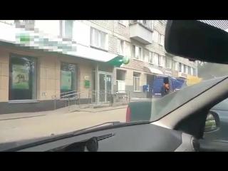В «Почте России» пообещали наказать ульяновского почтальона-жонглёра и его начальство