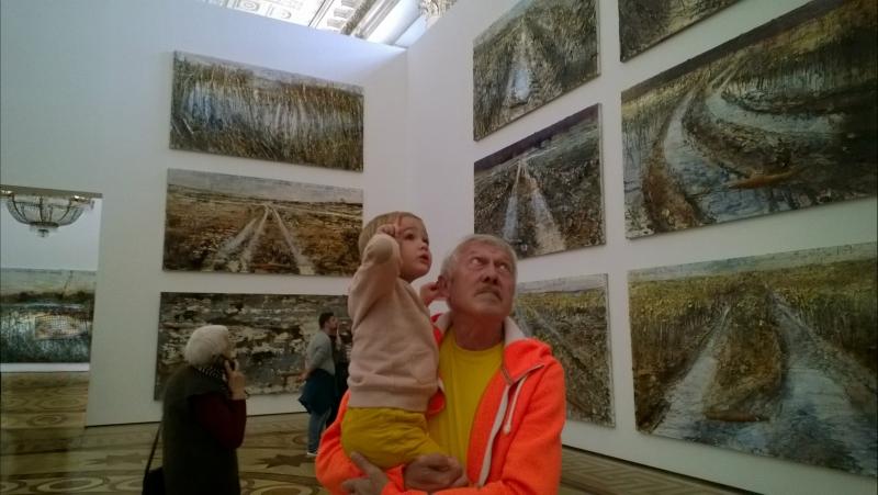 Семья на выставке Ансельма Кифера в Эрмитаже. Хорошо, когда мы вместе. 💙