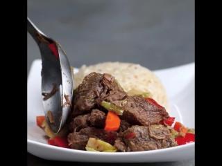 Медленный плита стейк и овощи