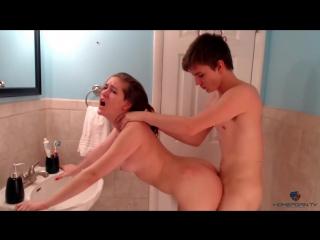 Страстный секс молодых в ванной