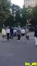 маленькие лошпедоны шли по улице на первое сентября и один из них  чотка  наебнулся на землю