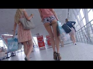 Подсмотрел за красоткой в аэропорту. у шлюшки очень короткие шортики. [720p, порно, публичное, попка]