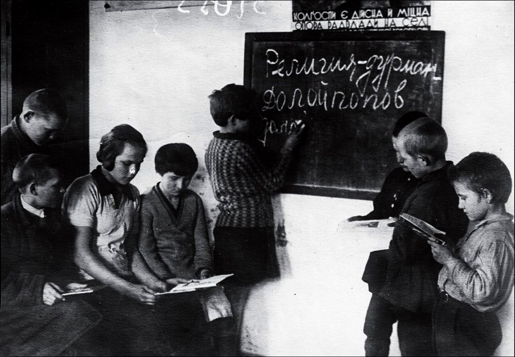 на уроке атеизма, СССР, 1930-е.