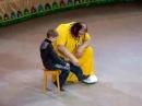 Самый внимательный мальчик в цирке! Смотреть всем! Очень смешно!