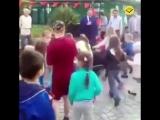 Мэр Сочи кидает детям печенье