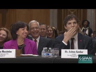 Эштон Кутчер послал сенатору Маккейну воздушный поцелуй