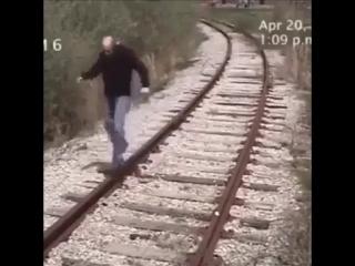 Алкаша сбил поезд (6 sec)