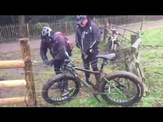 Велосипед застрял в проволоке под напряжением