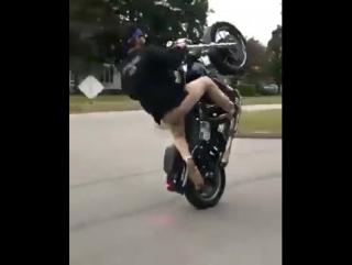 Трюкач на мотоцикле