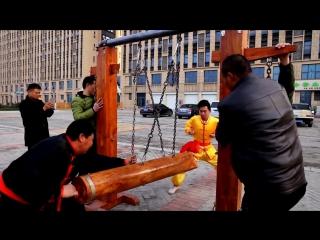 Мастер кунг-фу держит удар по самым болезненным точкам