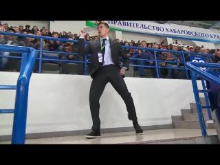 Танец охранника на хоккейном матче
