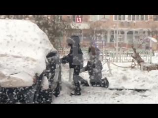 В Люберцах дети утрамбовывали снег в бензобаки припаркованных машин