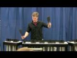 Парень играет известные песни на инструменте из труб