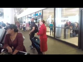Джейми Дорнан в аэропорту Лос-Анджелеса