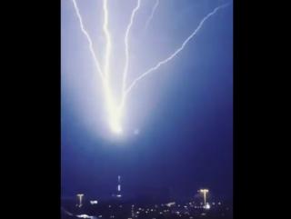 Эффектный восходящий удар молнии над Москвой, 29.05.2017