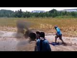 Филиппинские парни гоняют на водных лыжах из МОТОБЛОКА )))